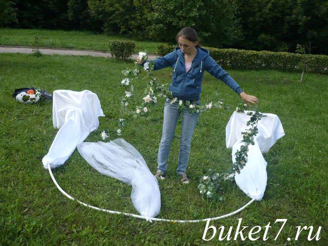 Как крепить искусственные цветы на свадебную арку