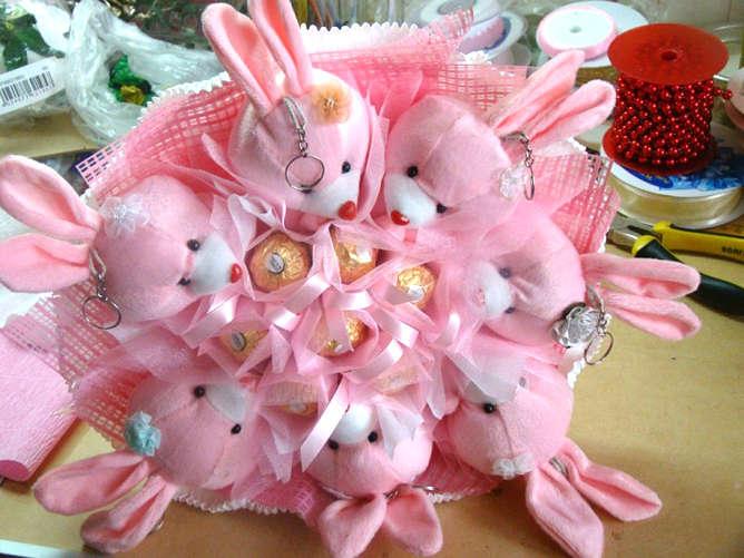 Букеты из игрушек и конфет своими руками