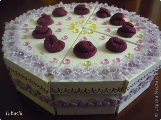 Скрепляем кусочки тортика тесьмой.