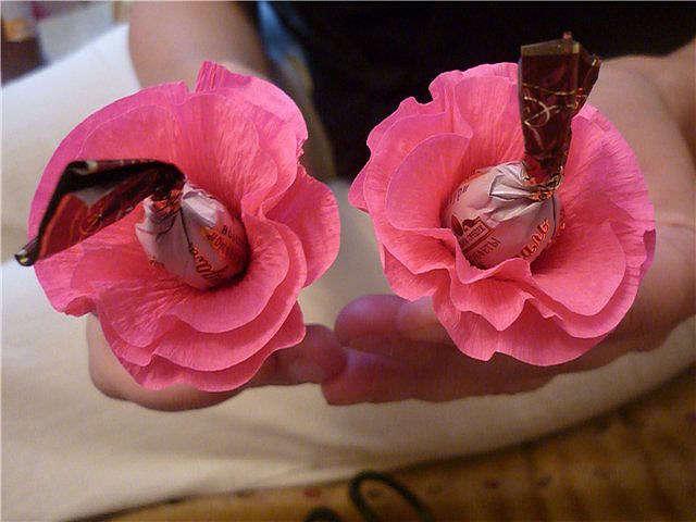 Цветы из гофробумаги с конфетами